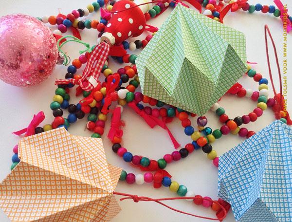 De kerstboom versieren is een leuk klusje. Ga je dat dit weekend doen? Dan heb je nog even tijd voor kersthangers vouwen. Leuke origami papieren kerstballen DIY.