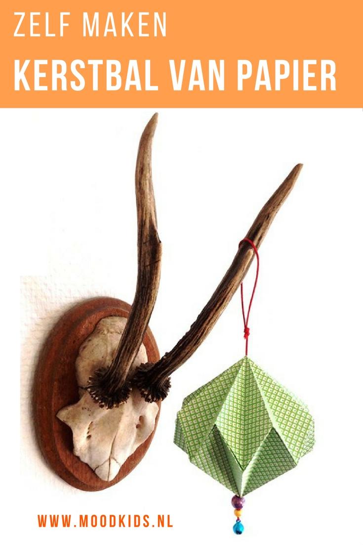 Kerstballen van papier. Maak / vouwe ze zelf heel eenvoudig met de stap voor stap fotobeschrijving. Voor je het weet heb je boom vol zelf gemaakt kerstballen.