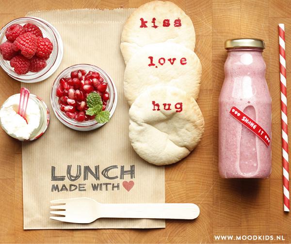 Op Valentijnsdag mag extra liefde in de lunchtrommel niet ontbreken. Onze bento Valentijn bestaat uit bestempelde broodjes en een gezonde rode smoothie.