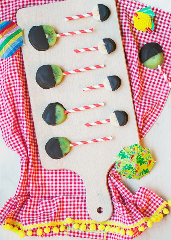 Ieder kind eet graag lolly's, maar die zitten vaak wel boordevol suiker. Deze fruitlolly's met chocolade zijn een stuk gezonder. Ook leuk om te trakteren!