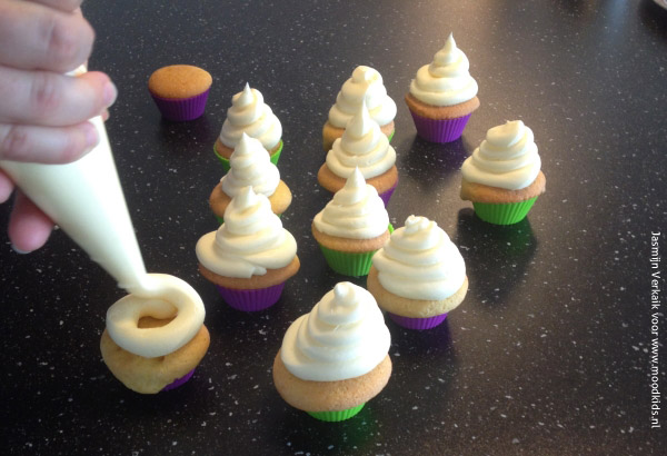 Maak voor Halloween je eigen spookjes cupcakes en versier ze met onze gratis Halloween prikkers die je kunt downloaden. Stap voor stap duidelijk omschreven.