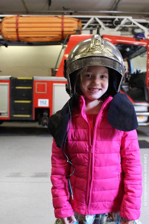 meisje bij de brandweer