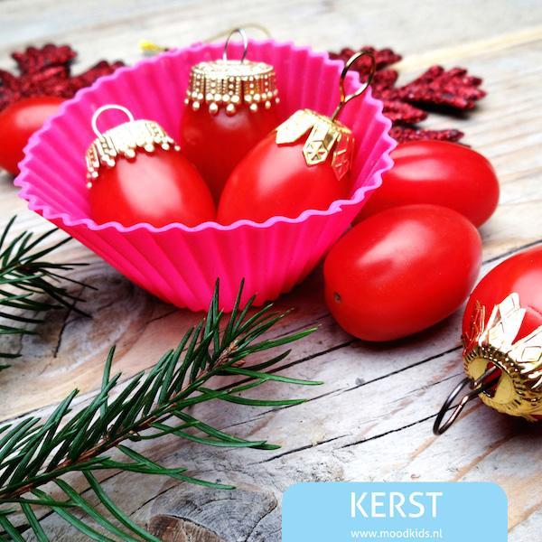 Deze kerst tomaatjes maak je heel snel en gemakkelijk. Leuk voor de lunchtrommel voor kerst of een idee voor het kerstdiner op school!