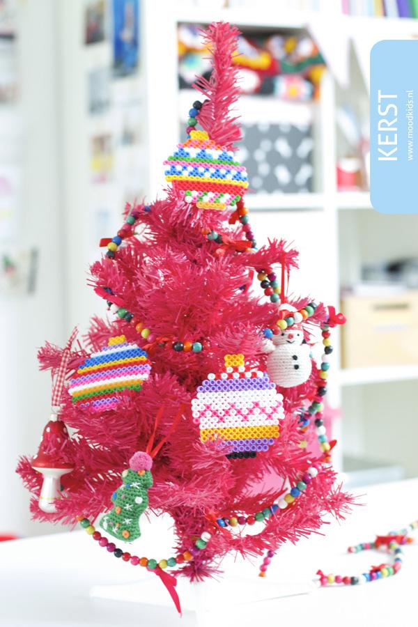 Sneuvelen er bij jou ook vaak ballen? Met strijkkralen maak je vrolijke, gekleurde kerstballen. Kleurrijk, simpel en stijlvol! Bekijk hier hoe je ze maakt.