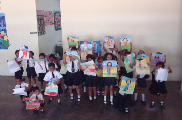 kinderen maken tekeningen