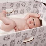 Laat jij je baby slapen in een doos?