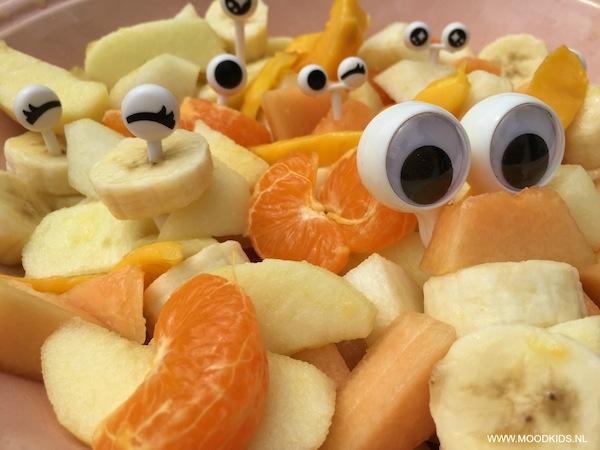 een zomerse fruitsalade maken voor kinderen