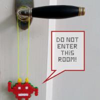 Een Space Invader-deurhanger zelf maken van strijkkralen