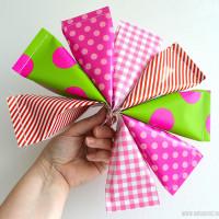 Zelf traktatie zakjes maken van cadeaupapier