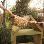 Een feestslinger met vogelvoer maken voor de vogels