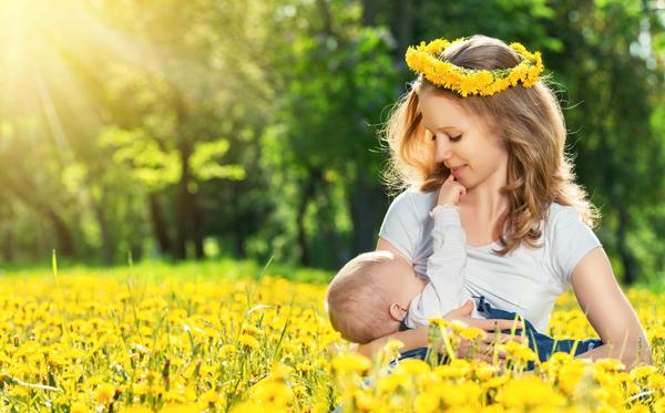 vrouw borstvoeding bloemen, bevallingsverhalen