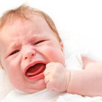 Pak je een huilende baby nu wel of niet op?