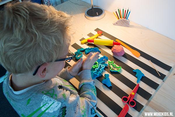 Speelt je kind graag met klei? Met dit makkelijke recept kun je veilige en goedkope klei maken voor (jonge) kinderen. Plus tips voor leuke varianten. Het recept vind je op www.moodkids.nl