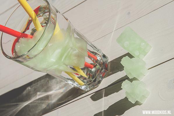 Waarom limonade met ijsklonten van water? Draai het eens om en maak met aangelengde limonade en de lego mallen van webshop Hello Lunch leuke gekleurde ijsvormpjes voor in een glas water. Op www.moodkids.nl vind je meer leuke ideeën voor deze lego mallen.