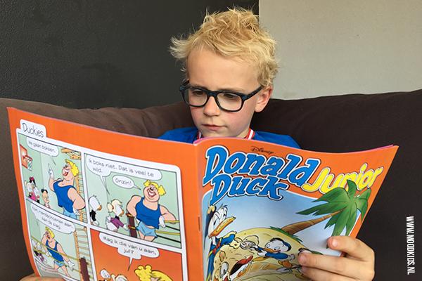 Job leest Donald Duck Junior. Een tweewekelijks blad voor beginnende lezers. Lees hier onze review.