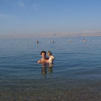 Een geweldige ervaring: met kind zwemmen in Dode Zee