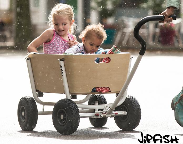 Je hebt 3 kinderen, kan geen bolderkar vinden die thuis in je gang past. En je bent zelf ontwerper? In een notendop: de geboorte van de Jipfish bolderwagen. Deze bolderwagen is een plaatje om te zien en super praktisch.