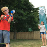 Spelen met plastic bekers: balletjes ploppers maken