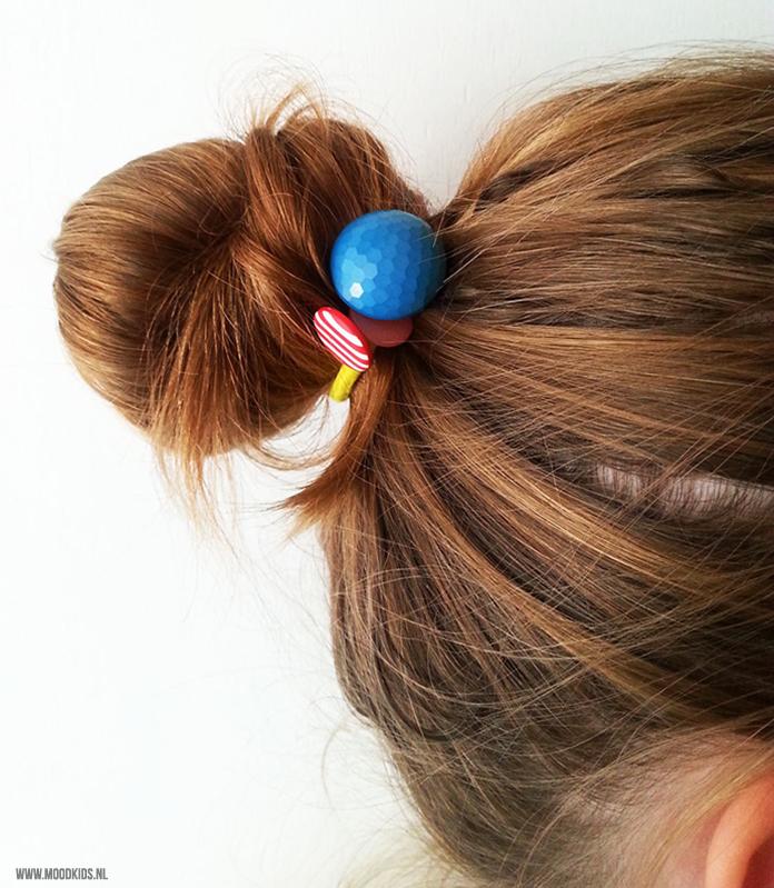 Op zoek naar leuke haaraccessoires om zelf te maken? Voor meisjes met lange haren zijn deze haarelastiekjes met knopen echt heel leuk én makkelijk te maken.