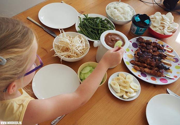Alle kinderen zijn dol op dippen en hapjes. Jasmijn zet kipsaté met sperziebonenop tafel, maar maakte er een saté fondue van. What's in the name! ;)