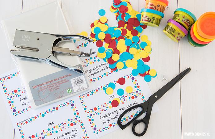 Wil je niet op eten trakteren? Of zoek je een afscheidstraktatie voor de peuterspeelzaal of bij verhuizing? Wij maakten een traktatie met klei van Play-Doh.
