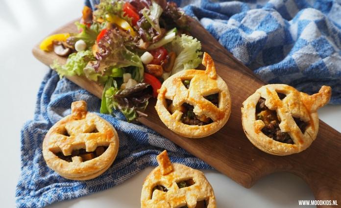Jasmijn maakte voor Halloween hartige pompoentaartjes. Lekker met salade, soepje of in de lunchtrommel. Zo leuk en lekker. Ook na Halloween gaaf om te doen. Met stap voor stap recept met foto's.