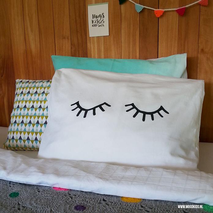 Je bent ze vast al tegen gekomen: producten met oogjes. Met deze gratis download kun je zelf makkelijk een 'oogjes-toe' kussensloop maken.
