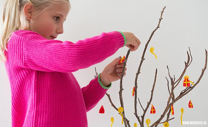 Ga je ook zelf Sinterklaas decoraties knutselen? Dan is deze Sinterklaas tak erg leuk om samen met je kids te maken. Maakt je huis ineens 5 december proof! Je leest hier hoe je deze Sinterklaas diy maakt.