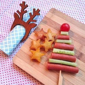Kerstboom van knakworstjes, komkommer en cherrytomaatje voor kerstdiner thuis of op school - favoriete repins MoodKids week 47 2016