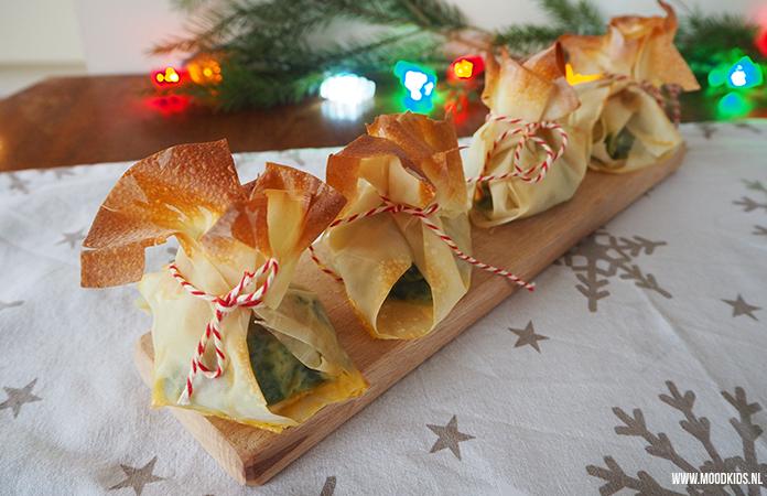 Jasmijn bedacht 3 leuke hapjes voor kerst voor het kerstdiner op school of gewoon thuis. Niet ingewikkeld te maken en erg lekker! Wat dacht je van deze gevulde filozakjes? Het recept vind je hier.