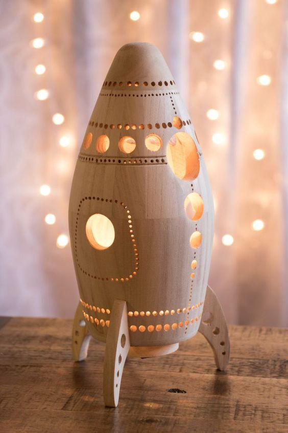 Houten raketlamp voor in de baby- of kinderkamer van  LightingbySara - één van de populairste repins op www.moodkids.nl week 50 2016