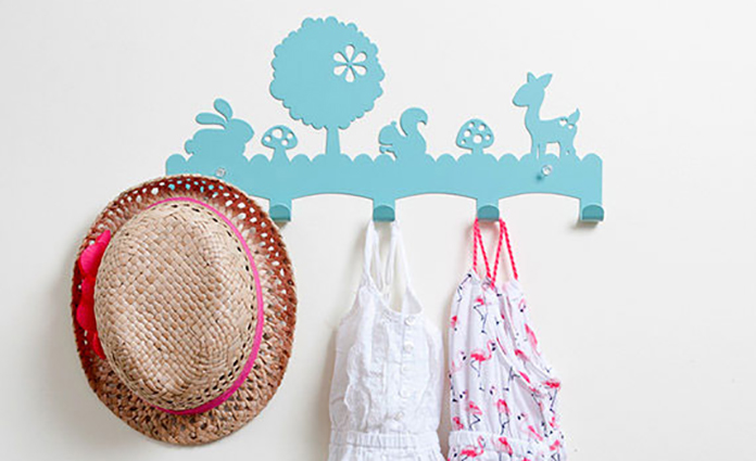 Een kinderkapstok is leuk voor op de kinderkamer, maar ook handig in de hal of bijkeuken. Zo kan je kind zijn/haar eigen jas of tas op te hangen aan een 'eigen' kinderkapstok. Webshop Kids Decoshop heeft een breed en divers aanbod.