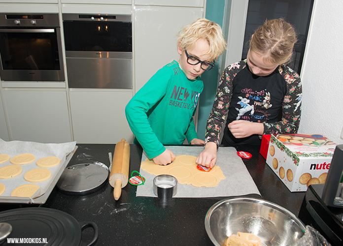 Kerstkoekjes bakken samen met je kind is natuurlijk erg gezellig. Met de gratis koekjesstempel worden ze ook nog eens erg leuk. Lees hier het recept.