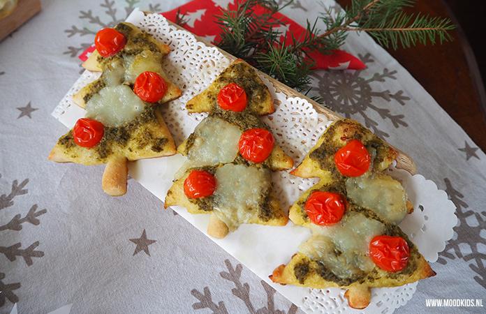 Jasmijn bedacht 3 leuke hapjes voor kerst voor het kerstdiner op school of gewoon thuis. Niet ingewikkeld te maken en erg lekker! Wat dacht je van deze mini kerstboom pizza's? Het recept vind je hier.