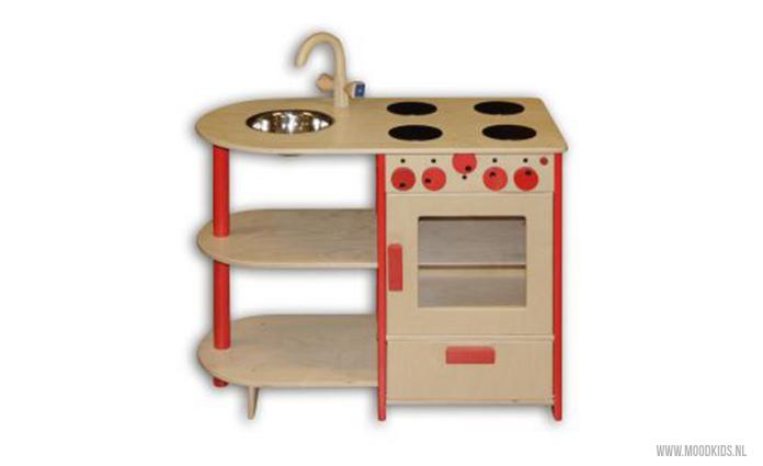 Kinderkeuken van webshop Bij Kiki. Bekijk het artikel voor nog meer houten keukens voor kinderen om mee te spelen.