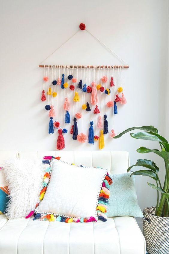 muurhanger met pom poms en tassels van Brit+ Co
