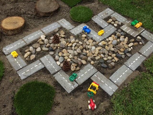 Een autobaan maken in de achtertuin van NiccolaonTuesdag.blogspot.nl