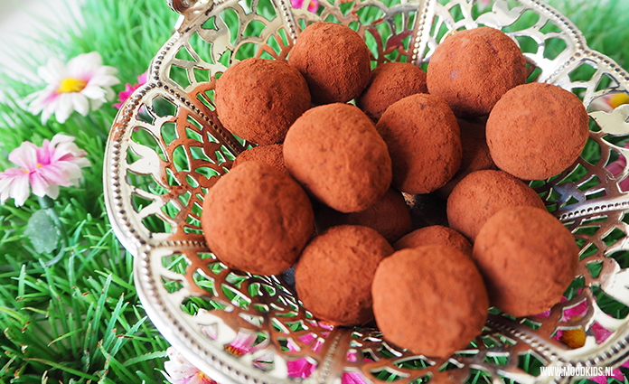 Deze gezonde snack maak je met amandelmeel, frambozen en cacao. Je vindt hier het recept.