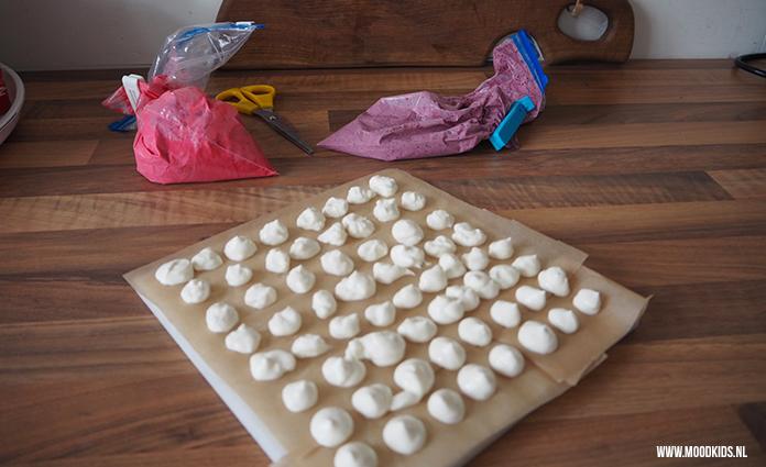 Maak samen met je kids yoghurt snoepjes met fruit. Easy peasy en gezond! Dit recept is suikervrij, glutenvrij en laag in koolhydraten.