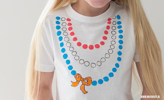 We maakten een Koningsdag t-shirt speciaal voor meisjes! Met deze gratis mal en textielstiften een makkie. Echt! Hier lees je hoe je het t-shirt maakt.