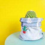 Geef je plant een zakje van een oude spijkerbroek