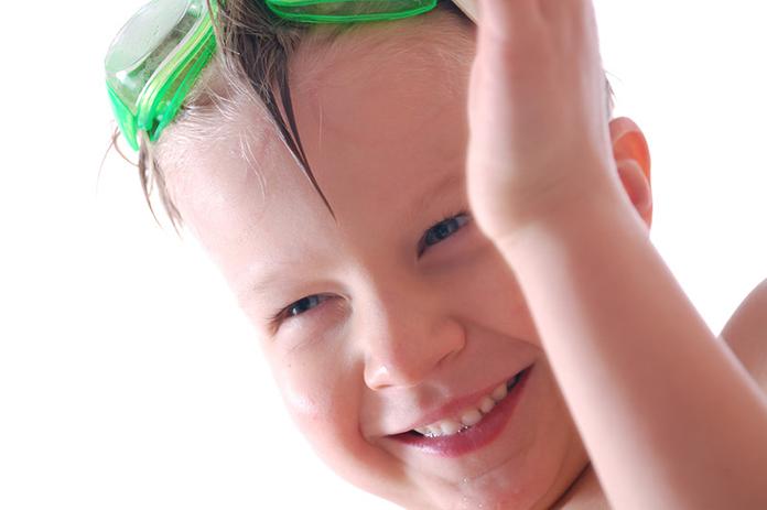 Yvonne is echt geen fan van de zwemlessen van haar kind. Dan moet je het dus zelf leuk maken. Ze heeft 8 tips voor meer plezier tijdens zwemmen van je kind.