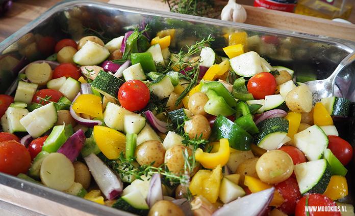 Dit recept van citroen kipkluifjes, krieltjes en groente maak je makkelijk vooraf klaar. Geniet van de zomerdag en laat de oven vervolgens het werk doen.