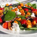 Zomerse maaltijdsalade met spinazie, aardbeien en zoete aardappel