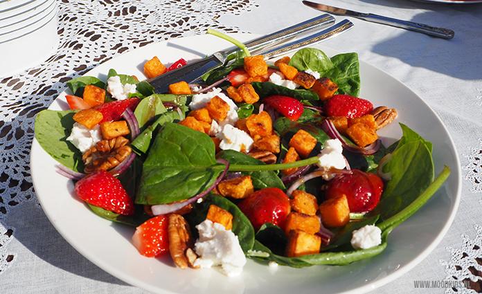 Warme dagen vragen om makkelijke maaltijden. Deze maaltijdsalade met spinazie, aardbeien en zoete aardappel bevat groenten, fruit, noten en zit vol vezels. Lekker voedzaam dus! Het recept vind je hier.
