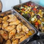 Grieks feestje met citroen kipkluifjes en groente uit de oven