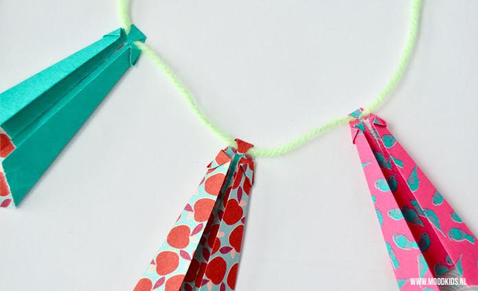 Maak voor vaderdag een origami stropdas. Plak ze op je cadeau of maak er meer en maak er een origami slinger van. Met stap voor stap werkomschrijving.