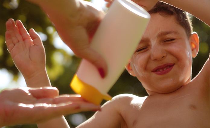Het met zonnebrand insmeren van kinderen blijft een struggle. Ze hebben er nooit zin in. Een goede bescherming is echter wel belangrijk. Dit zijn onze tips!