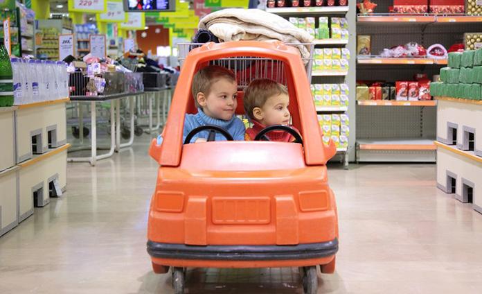 Wij winkelen vooral online. Boodschappen doen met kinderen is ook zo'n dingetje. Die doet Roelina tegenwoordig het liefst alleen en ze vertelt je waarom.