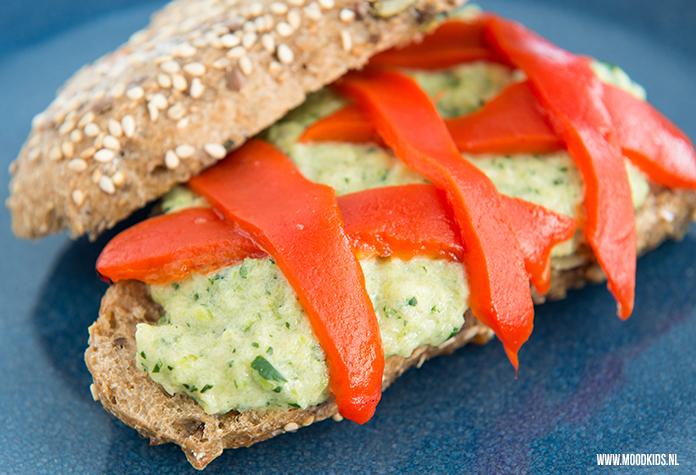 Maak je eigen groentespread voor op brood of als dip of smeersel bij de borrel of je picknick. Deze courgettespread met munt is lekker fris en gezond.
